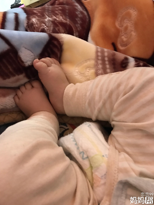看着宝宝一天天长大 好开心 好喜欢肉肉的脸和手 感觉好可爱 希望宝宝
