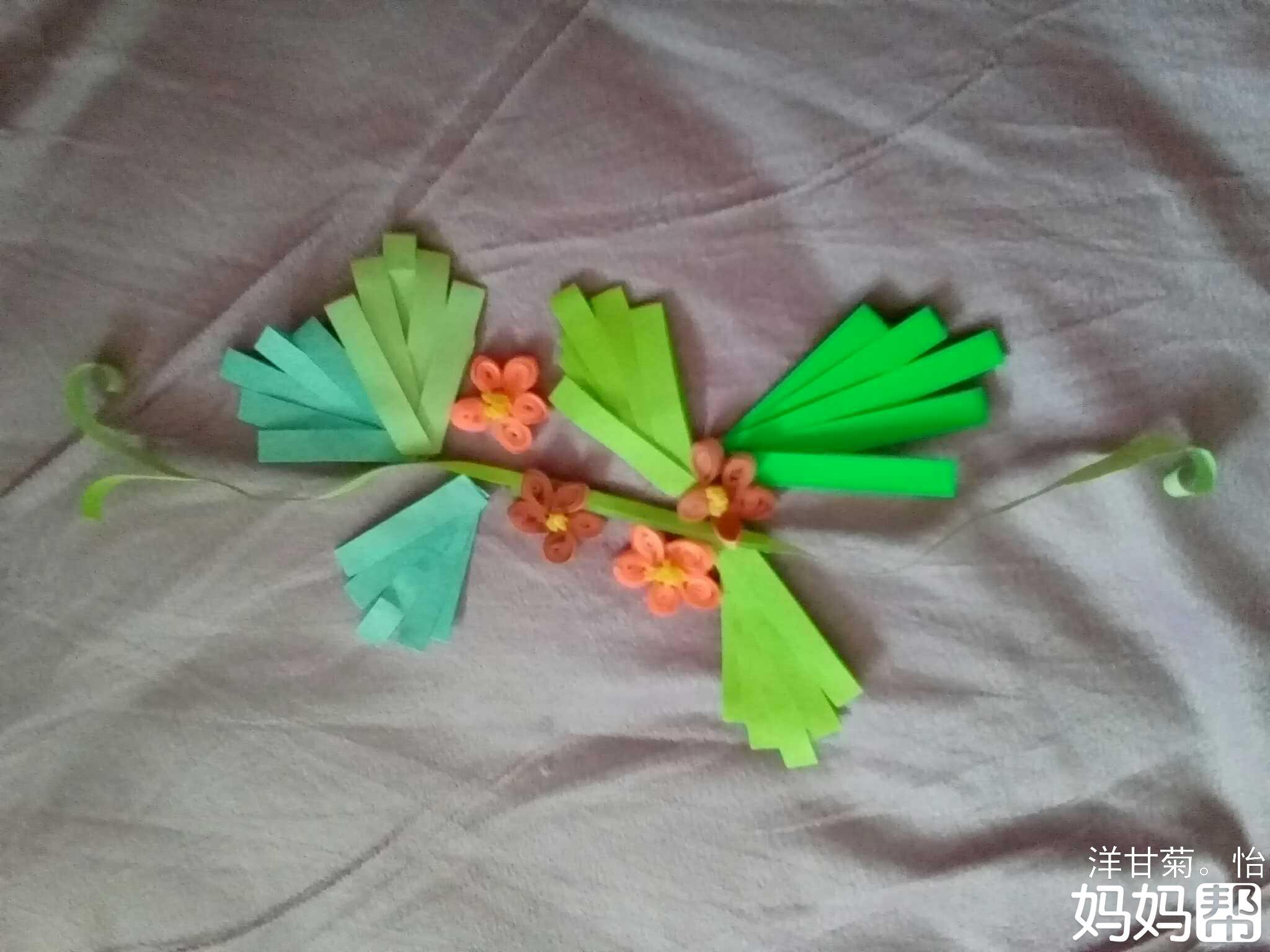 准备工具材料,彩色长条星纸,胶水,皱纹纸,剪刀等  1将绿色长条纸打