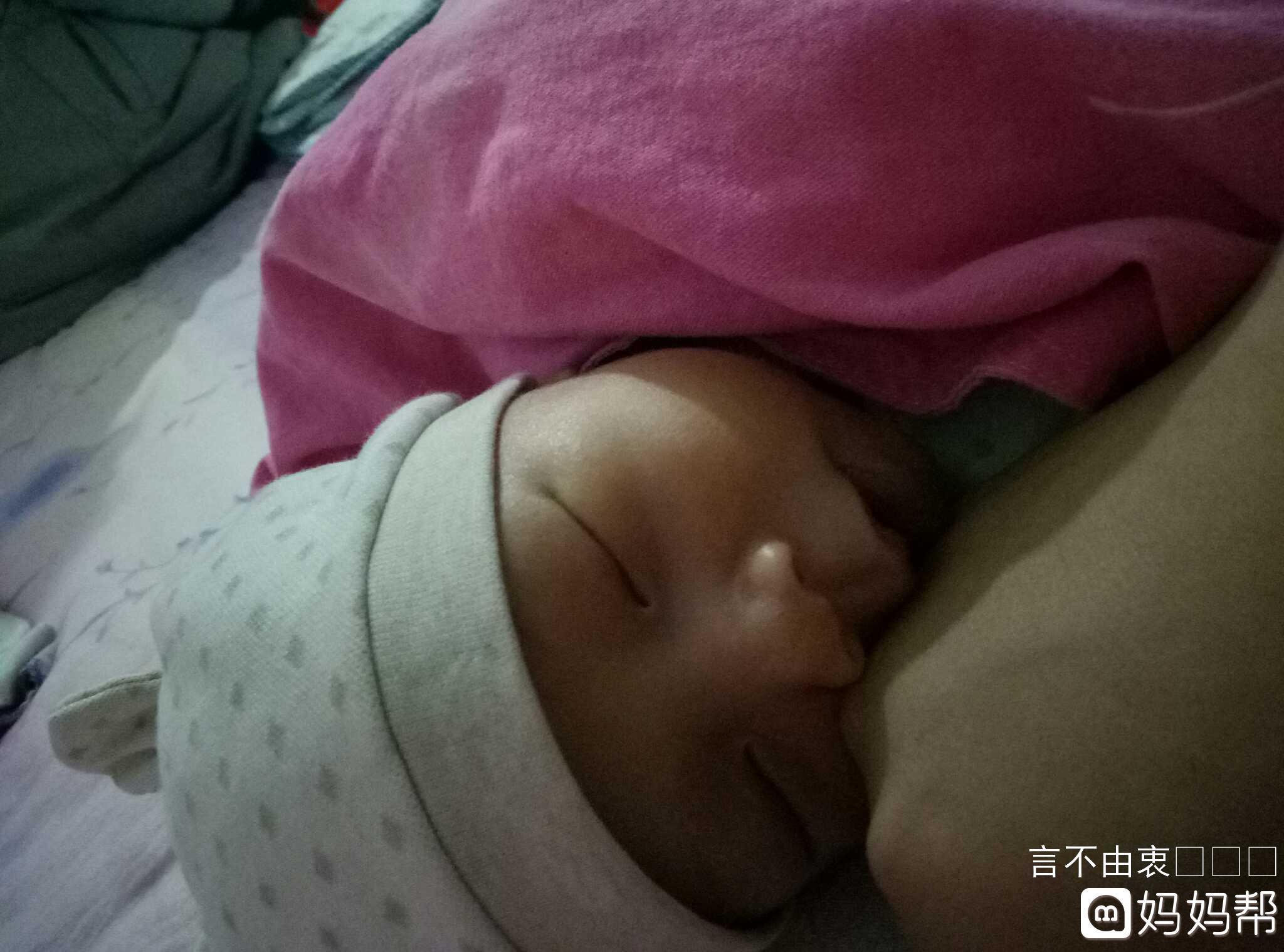 握住妈妈的手,宝贝睡的可香了.