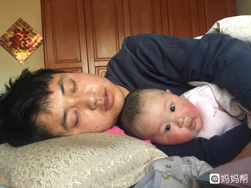 躺在爸爸怀抱里睡觉[偷笑]