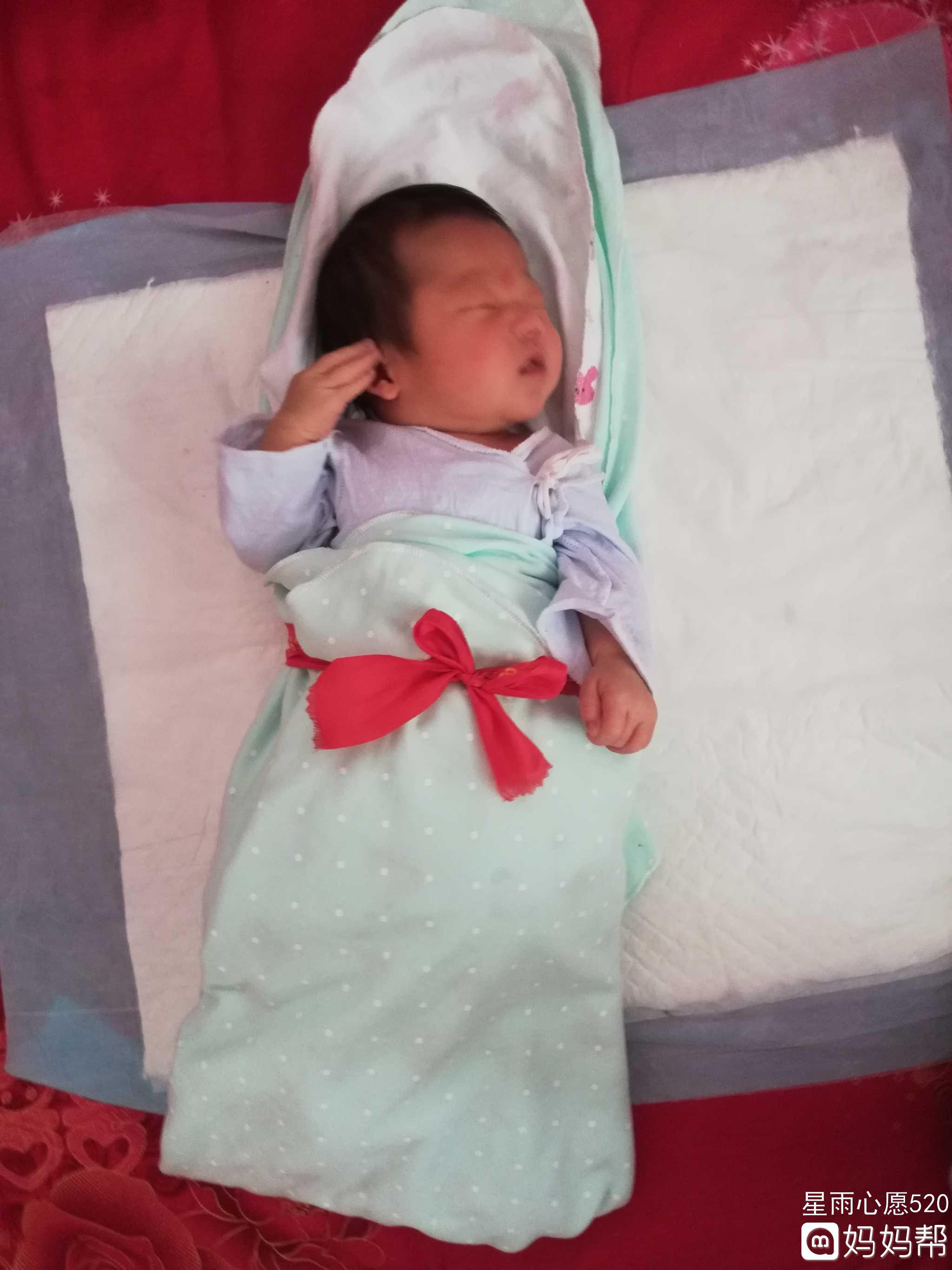 刚出生7天的新生儿睡觉时身体平躺头偏向一侧,这样的睡姿正确吗?