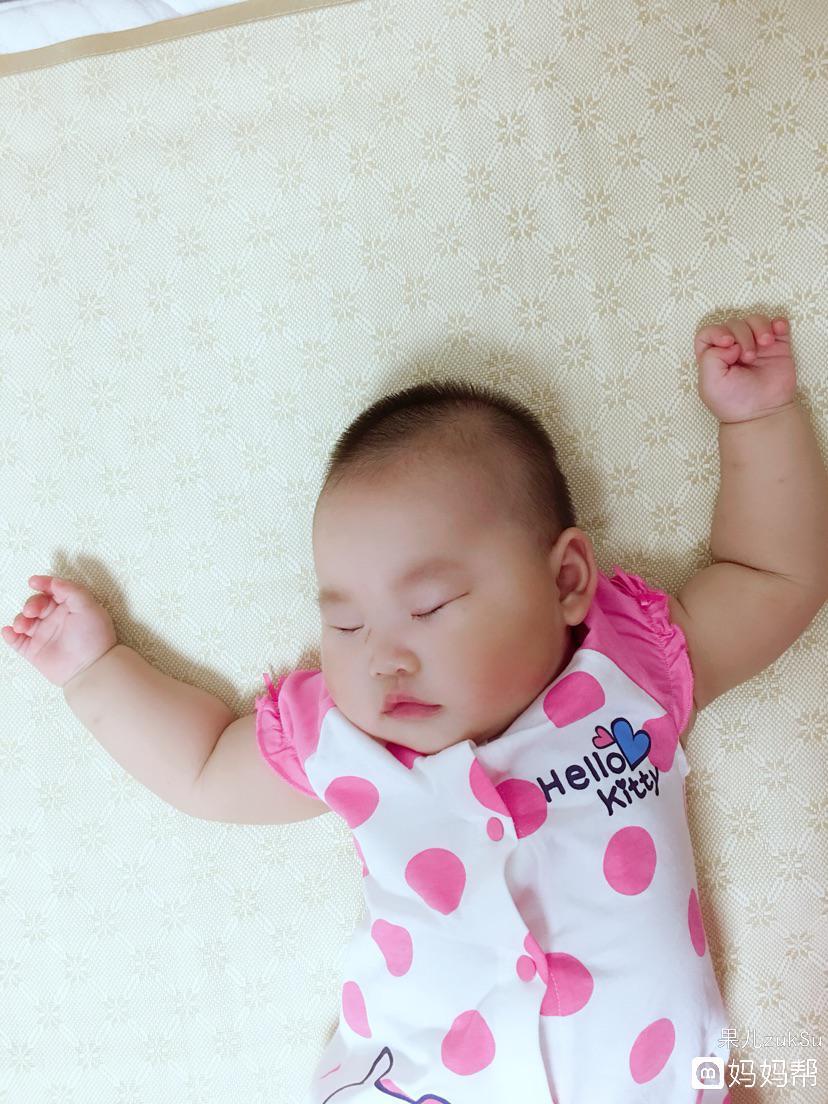7个月26天,晚上8点五十分,宝宝睡着了,睡觉的姿势很萌