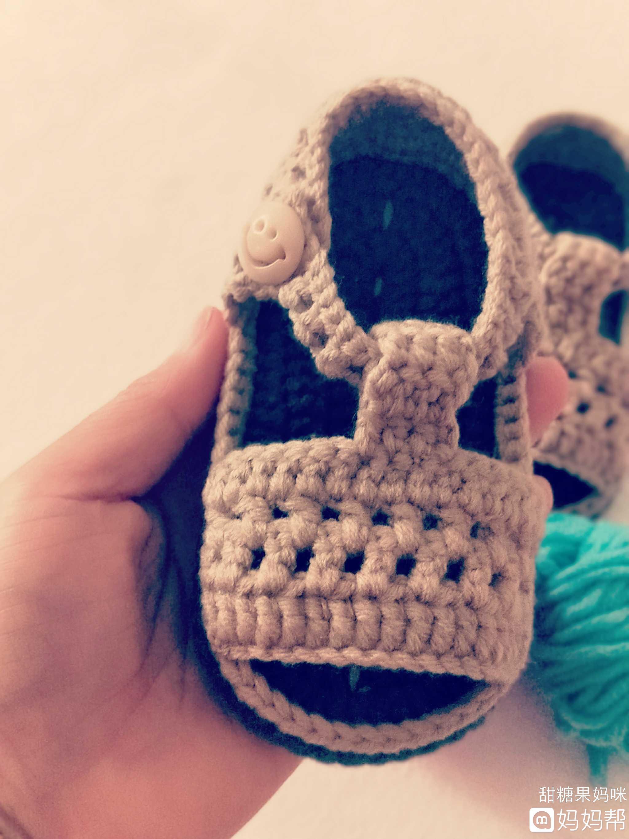 手工钩织龙凤胎宝宝鞋