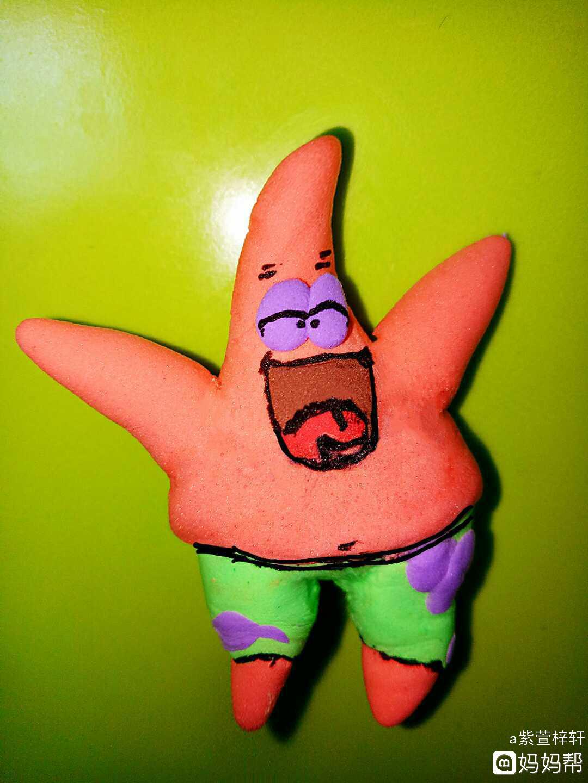 绿色粘土压片包裹到腿上做出裤子,用紫色的粘土做出沙滩裤子上花纹!