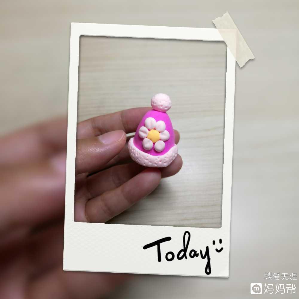 制作准备:彩泥(玫粉色,肉色,黄色),牙签  制作步骤:  1,取玫粉色彩泥
