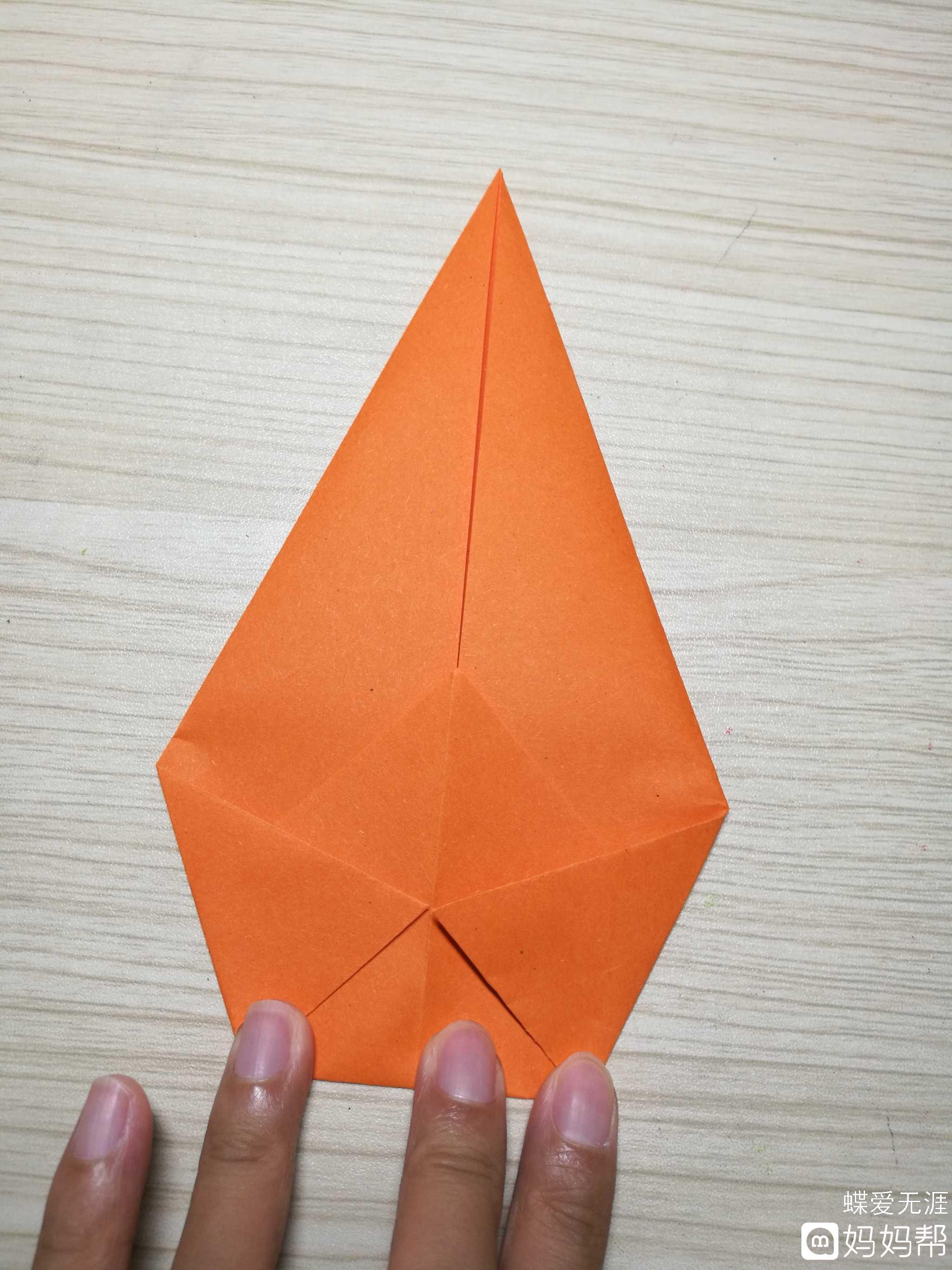 手工折纸# 制作步骤: 1,橙色折纸对