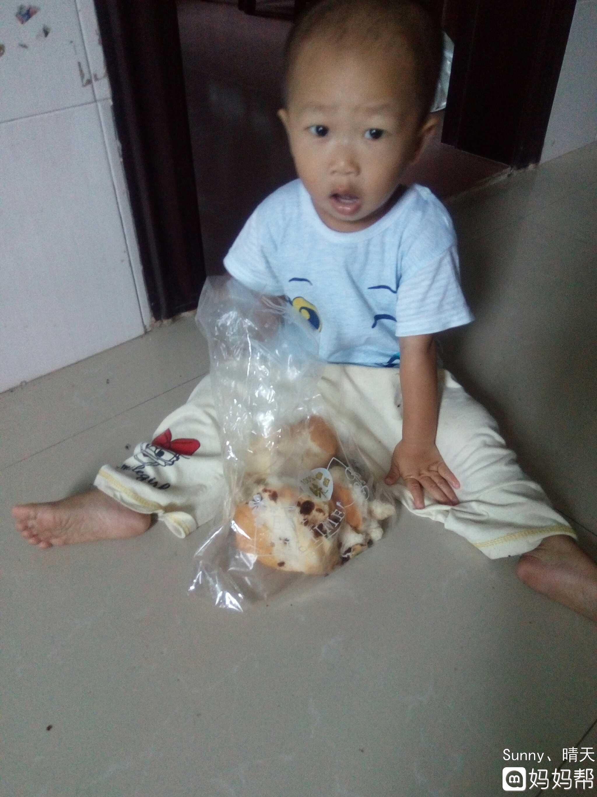 【每日一照】第2天,吃面包 宝宝一岁5月