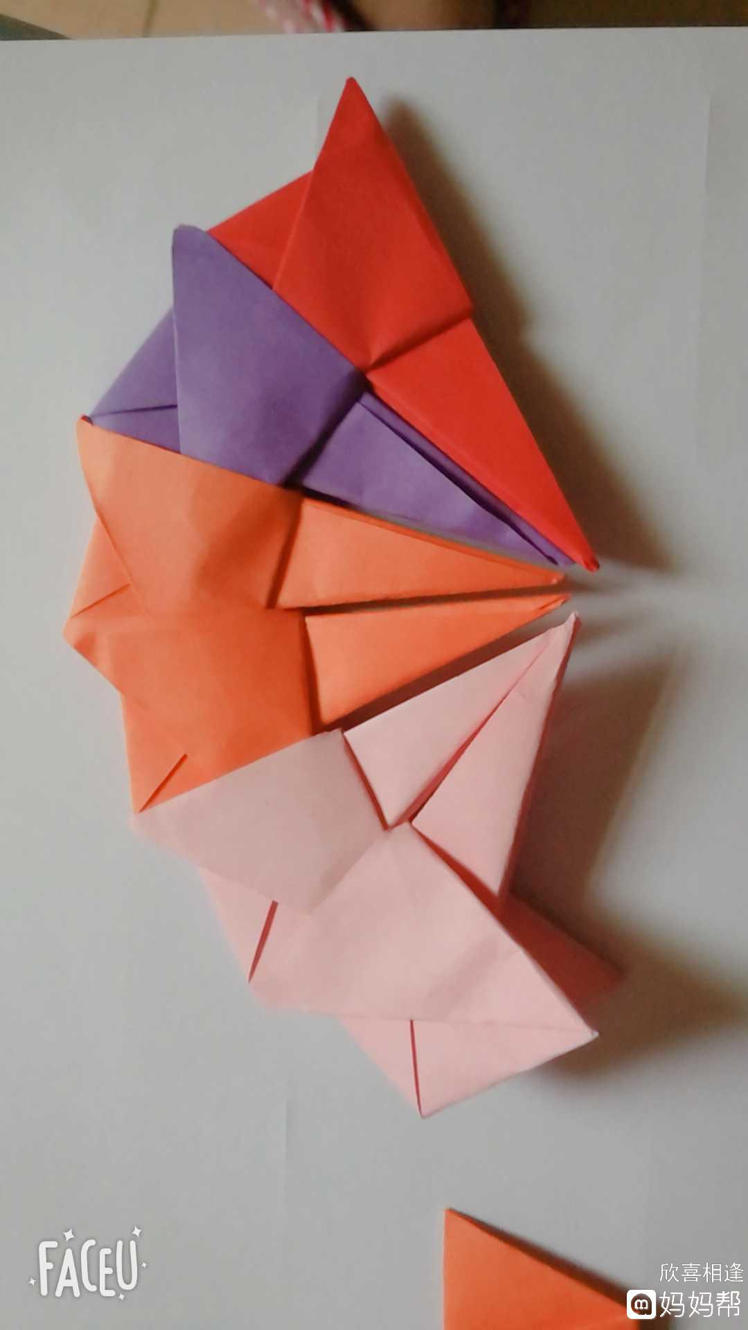 正方形纸十字型对折,然后打开四个角往中间对折  怎么样,是不是心动了