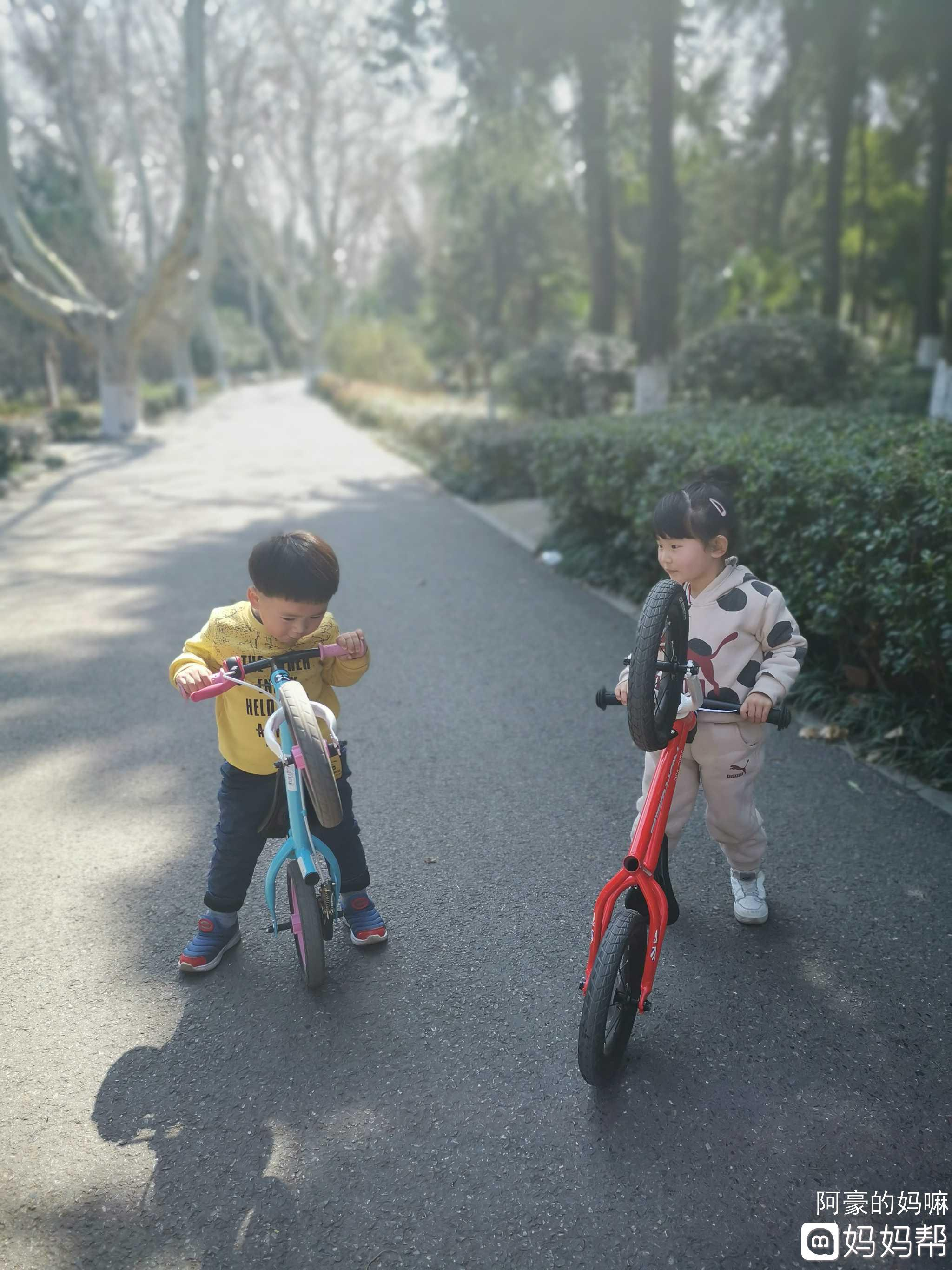 """引来路人频道的驻足观望:""""好可爱的两个小宝宝!"""