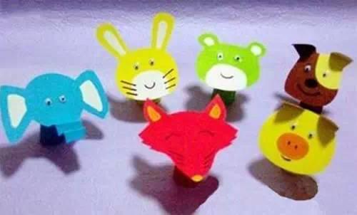 创意小动物手指玩偶  准备材料:卡纸,胶棒,剪刀,双面胶,绣片,美工刀