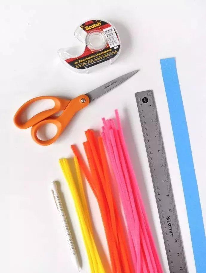 制作步骤:将硼砂粘在对应颜色的毛毛棒上,将彩虹条黏贴在一起,  放入