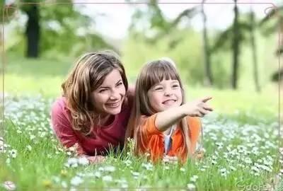 如年龄较小的儿童,我们叫他采采花呀,种种树呀,举行短距离的远足会呀.
