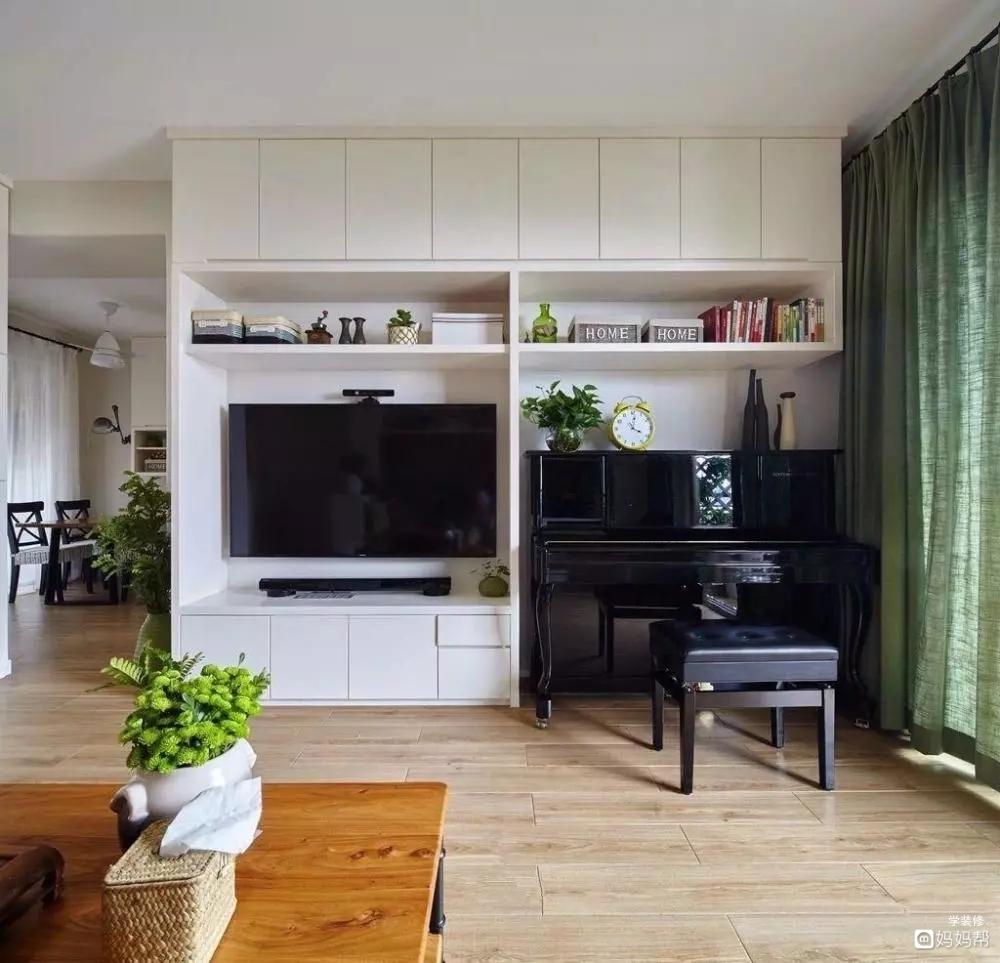 客厅没有电视背景墙,是以一组电视柜组合柜为背景,把电视和钢琴都放