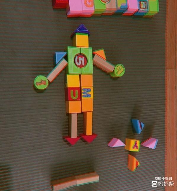积木经过孩子的手会搭建出各种不同的造型,用积木搭建汽车,房屋等.