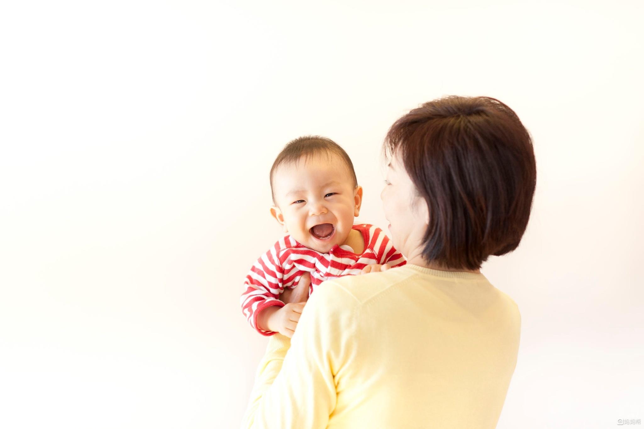 抱出来的问题  呆呆小小可爱的宝宝时常让妈妈抱在怀里舍不得放下