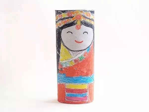 制作步骤:首先用油画棒在纸筒上画出娃娃的脸并画出表情