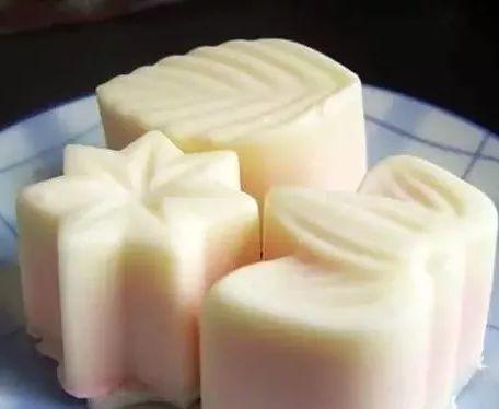 特点:糯米团子加入月饼后口感更加丰富,外面包的椰丝很香,有一种