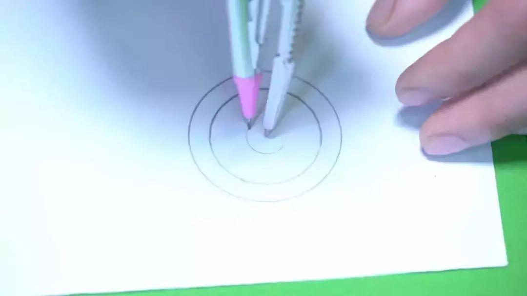 准备材料:画笔,胶水,圆规,剪刀,蛋糕纸盘,白纸  充满快乐能量的老师