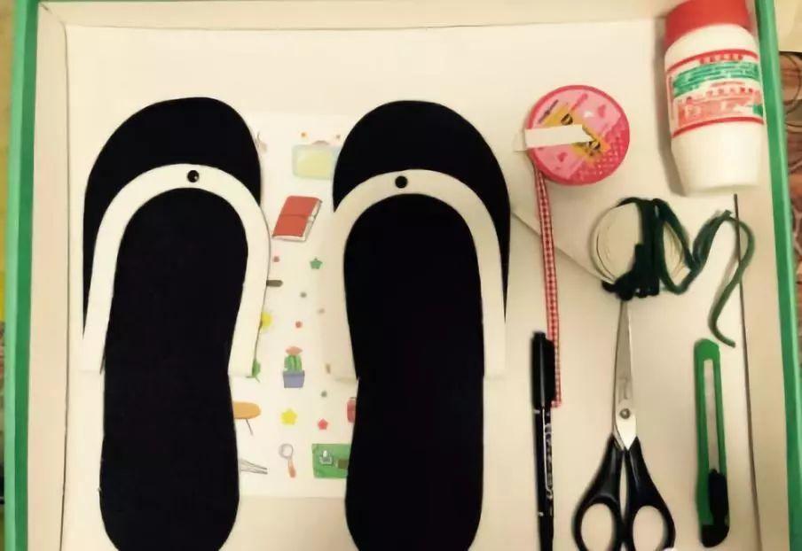 制作步骤:借助鞋垫画出大鞋子轮廓(一般爸爸的鞋子会大一些)剪刀剪出