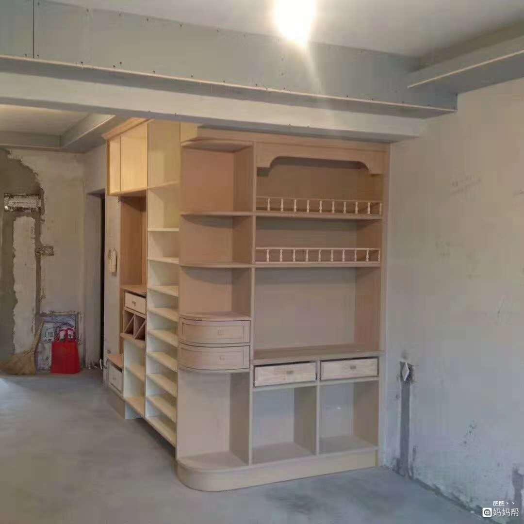 这是进门处与鞋柜一起的转角酒柜图片